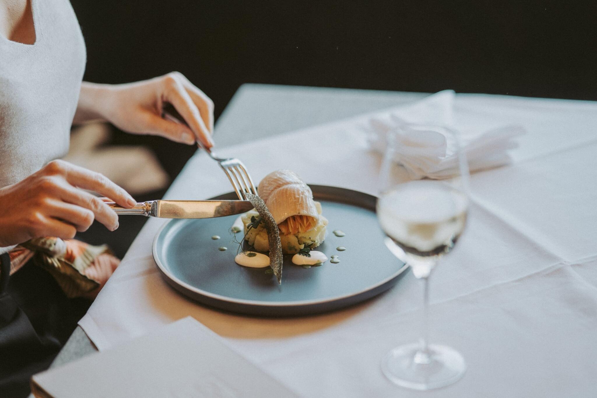 Schön gedeckter Tisch, Teller mit Essen