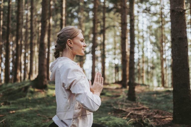 Frau macht Yoga im Wald