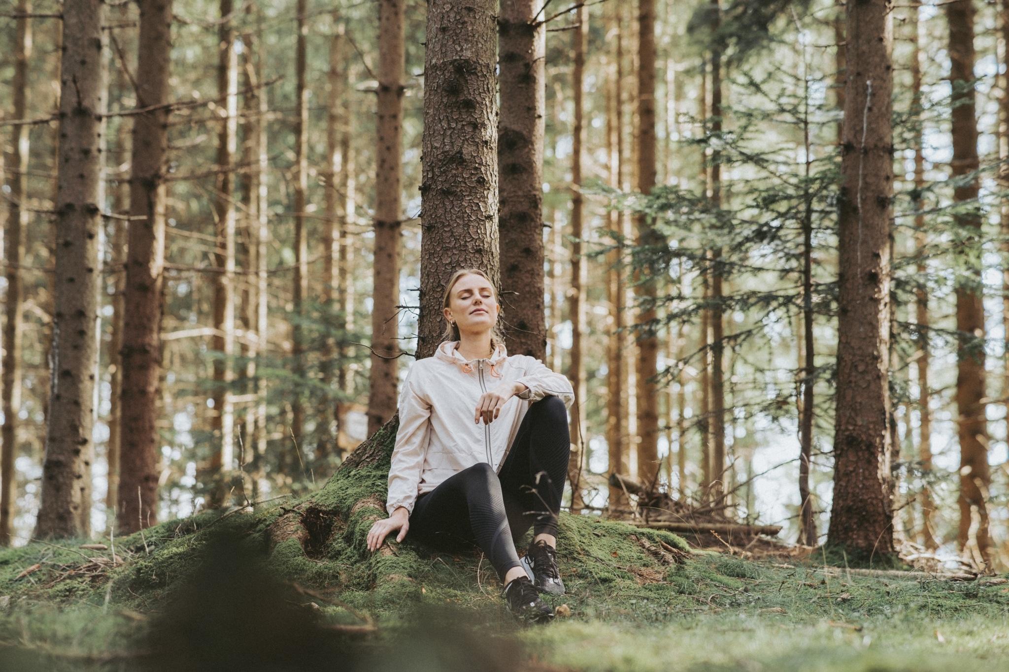 Frau entspannt im Wald
